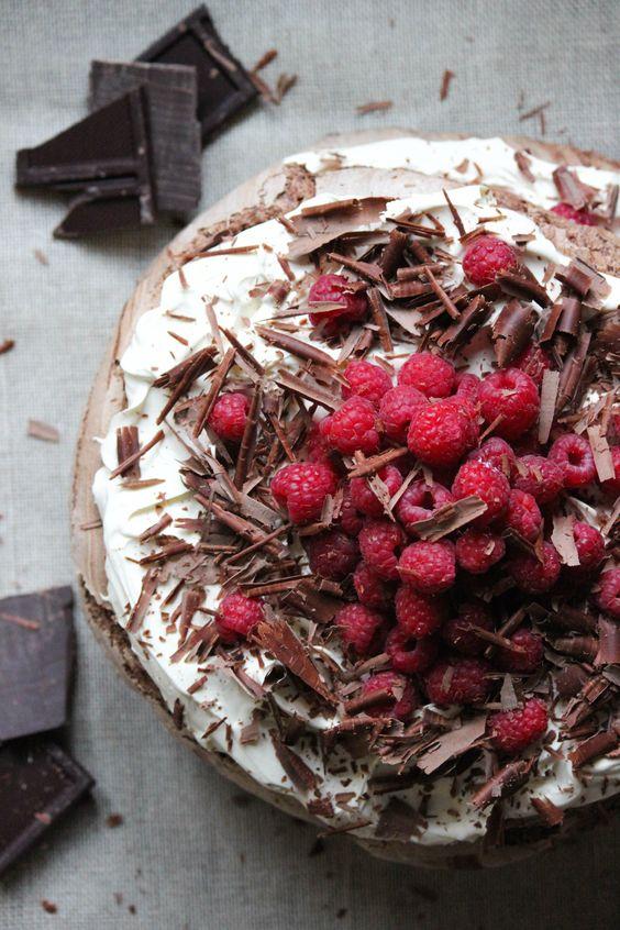 Tort bezowy z gorzką czekoladą i kremem mascarpone