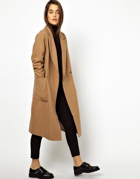 Kamelowy płaszcz – ponadczasowa klasyka